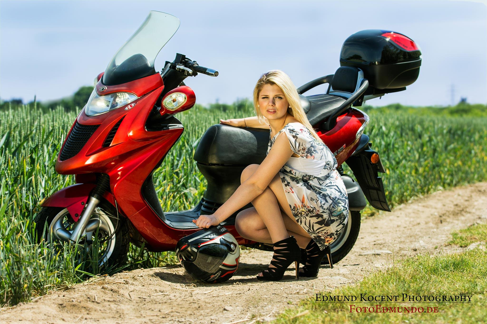 elegante Pose blonde Frau Motorroller FotoEdmundo