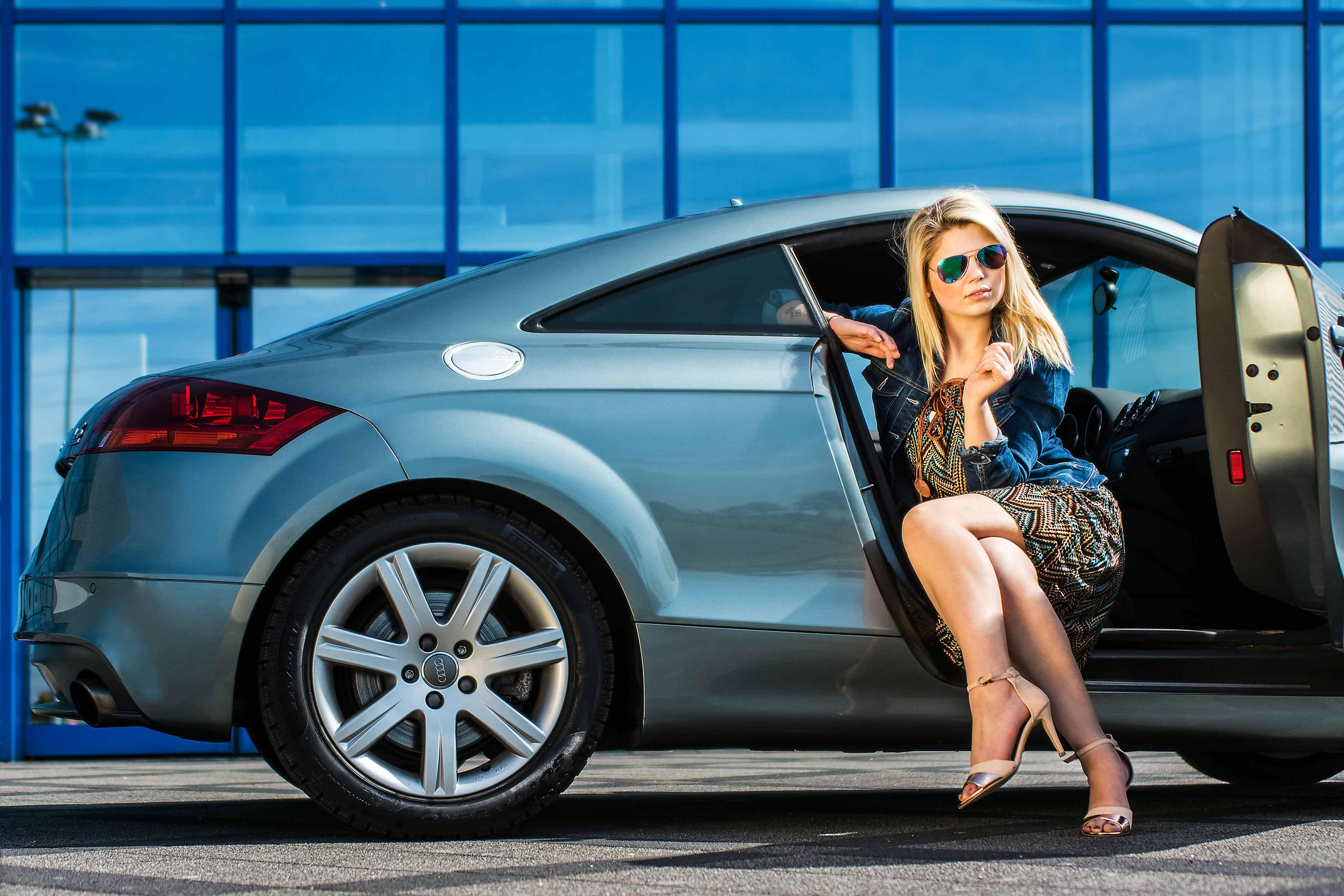 elegante Pose blonde Frau Audi TT FotoEdmundo