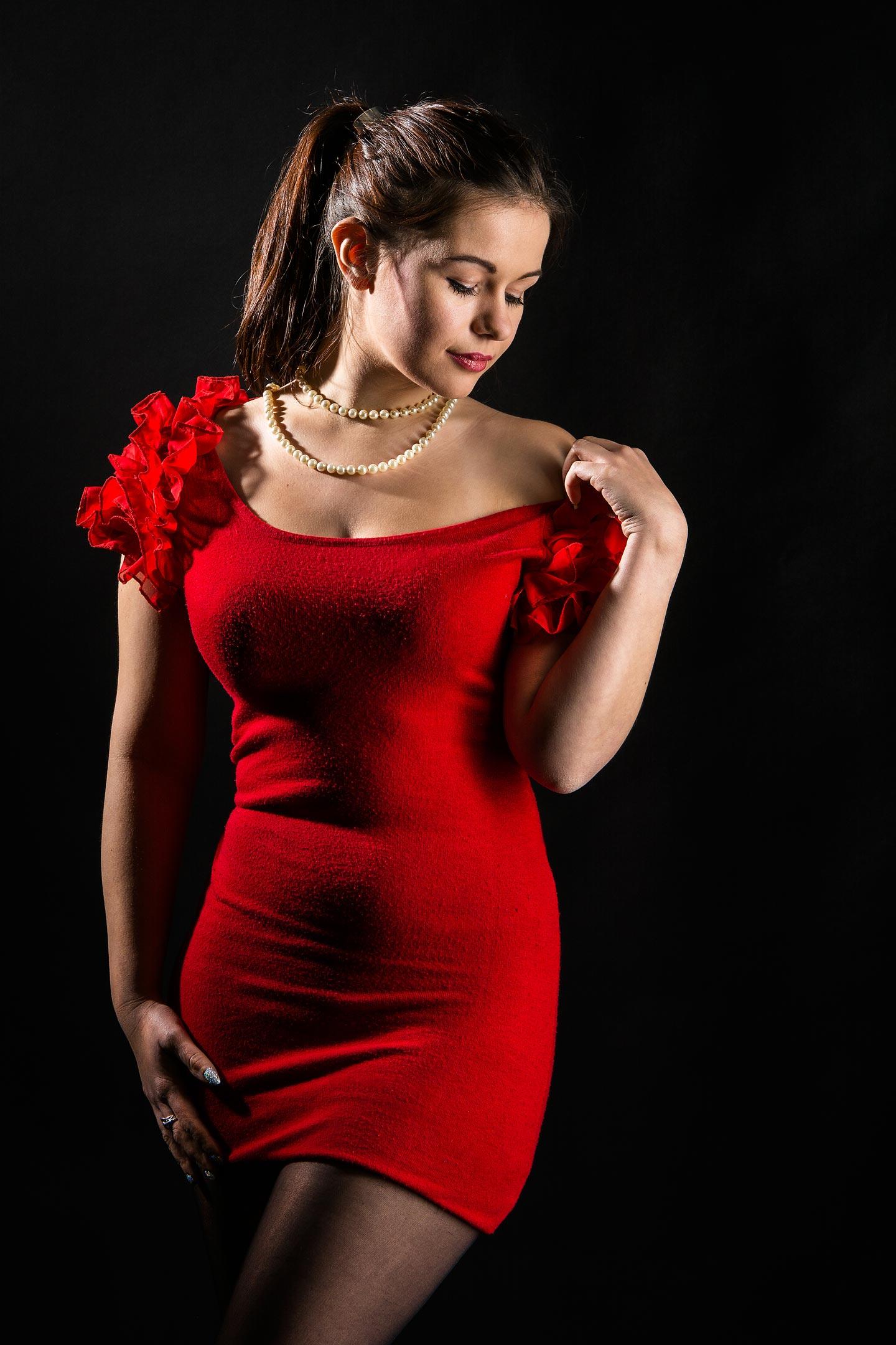 junge Frau im roten Kleid Fotoedmundo